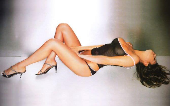 Сара Томмази фотография в чёрном белье