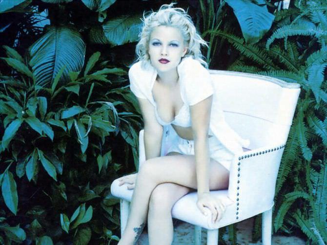 Дрю Бэрримор фотография на белом кресле