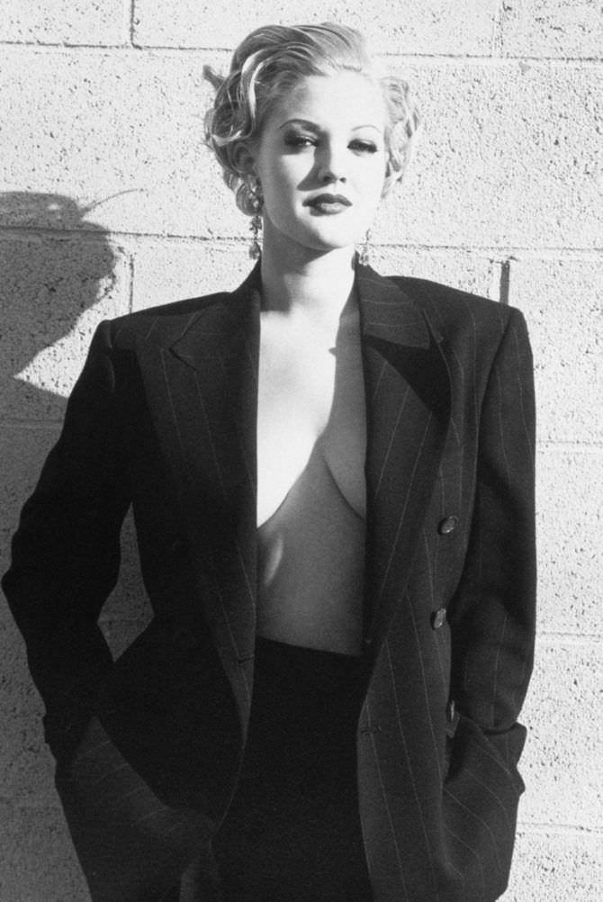 Дрю Бэрримор фотосессия в чёрном пиджаке