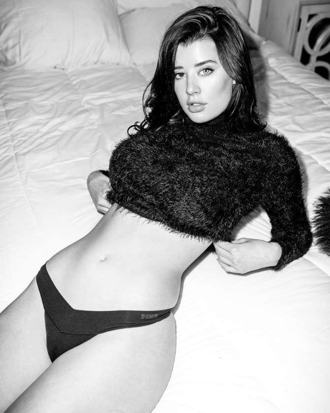 Сара Макдэниэл фотография в плавках и свитерке