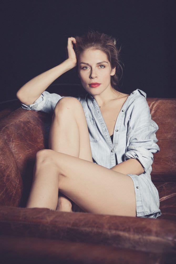 Мария Зыкова фото в рубашке на кресле