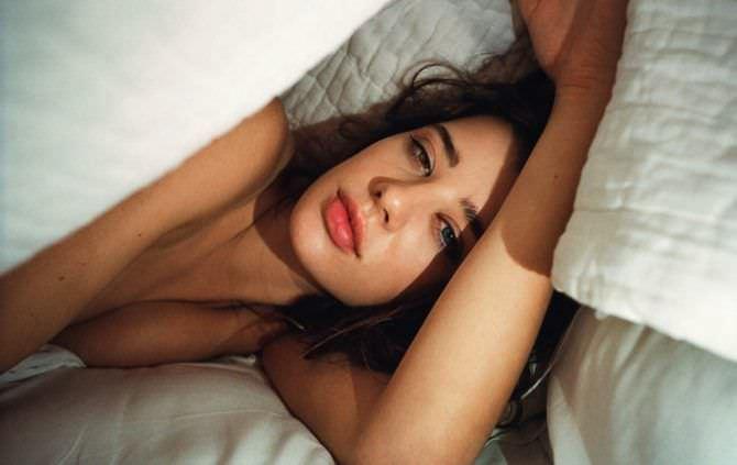 Сара Макдэниэл фото под одеялом в постели