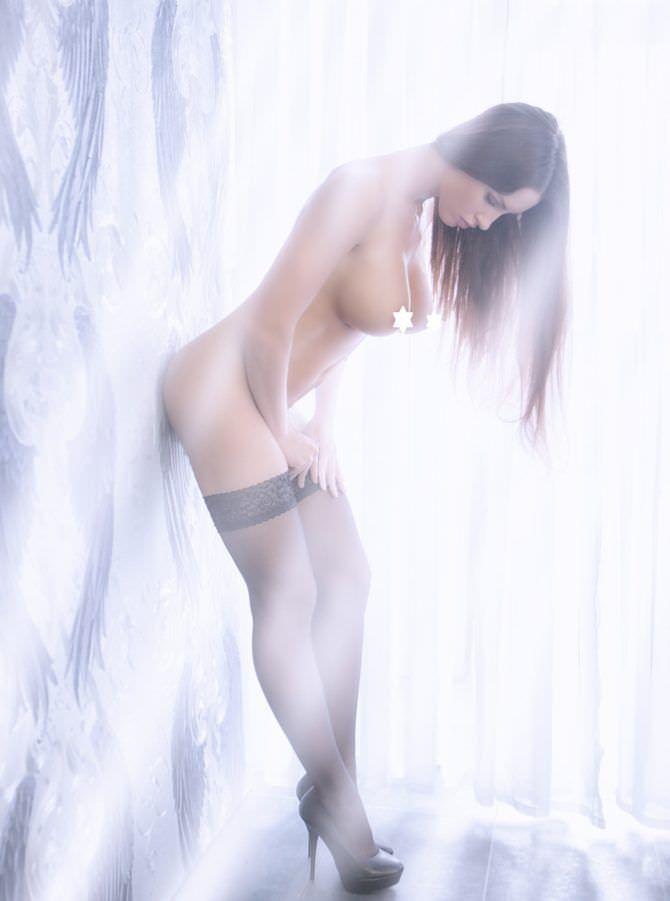 Люсия Яворчекова фото в чулках в лучах света