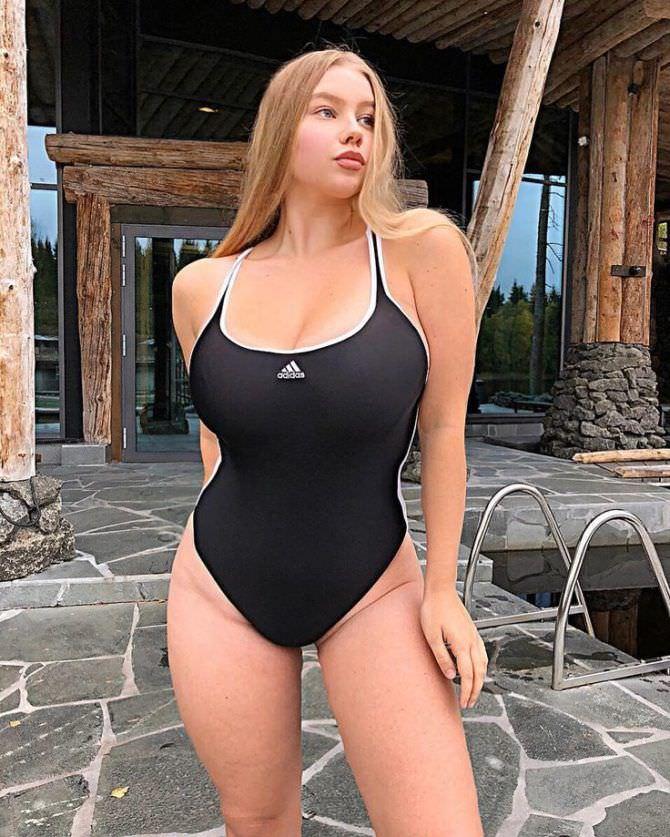 Прасковья Позднякова фото в чёрном купальнике