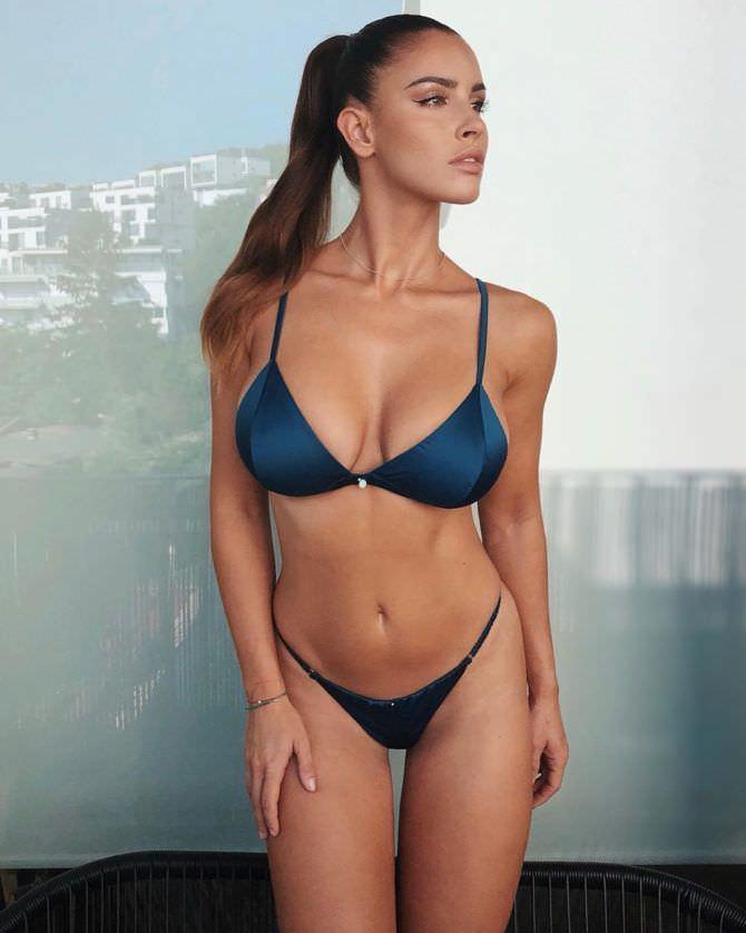 Люсия Яворчекова фото в синем бикини