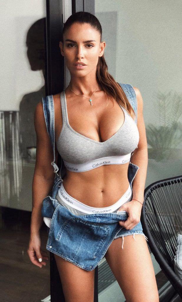 Люсия Яворчекова фото в сером топе