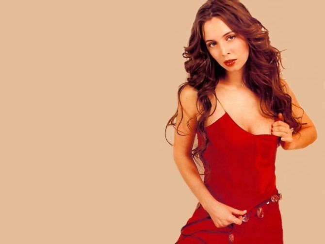 Элиза Душку фотосессия в красном костюме