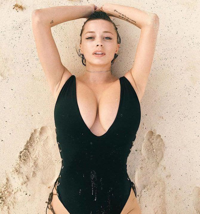 Кэролин Врилэнд фотов закрытом купальнике на песке