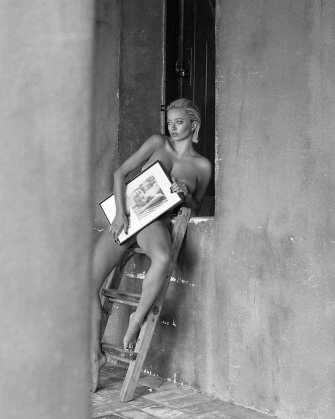 Кэролин Врилэнд фото с картиной на стремянке