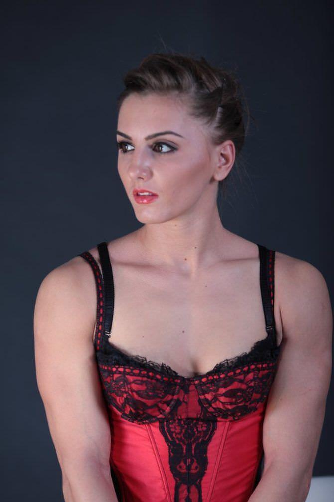 Александра Албу фотография в красном корсете