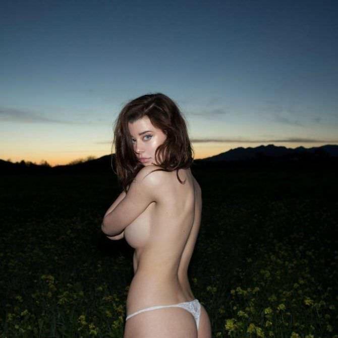 Сара Макдэниэл фото в белых плавках на закате