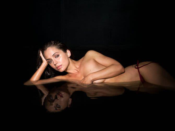 Элиза Душку фото в плавках в воде