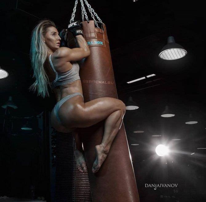 Александра Албу фотография в сером комплекте