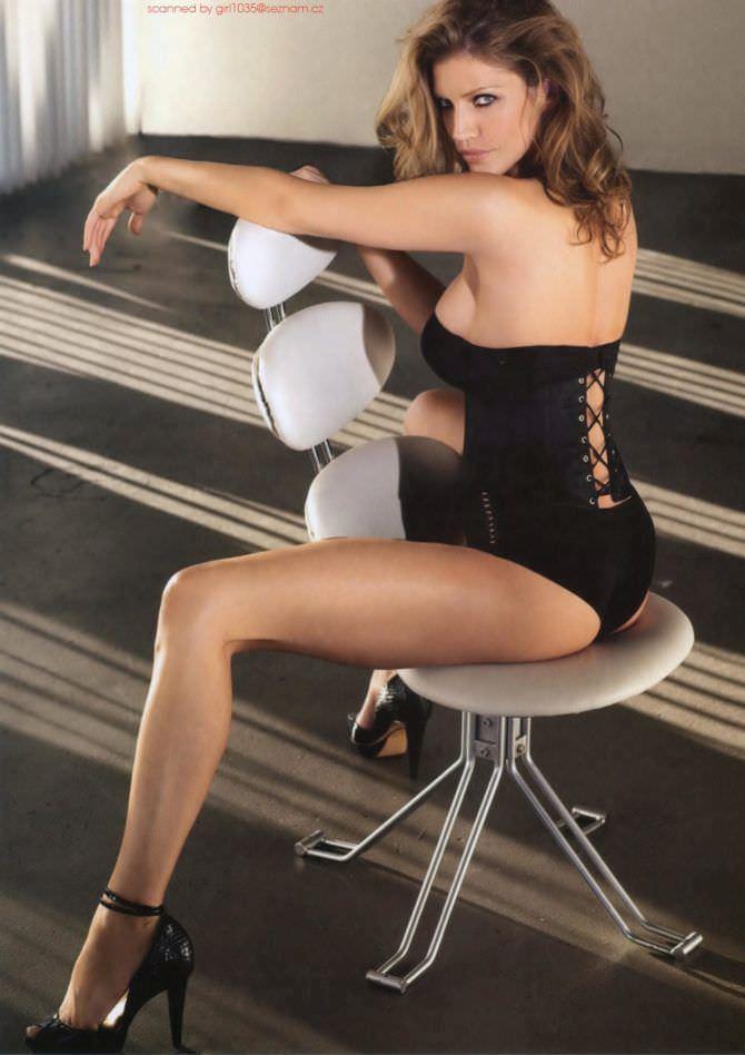 Триша Хелфер фото в купальнике на стуле