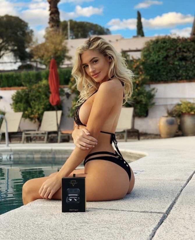 Ханна Палмер фото в чёрном купальнике