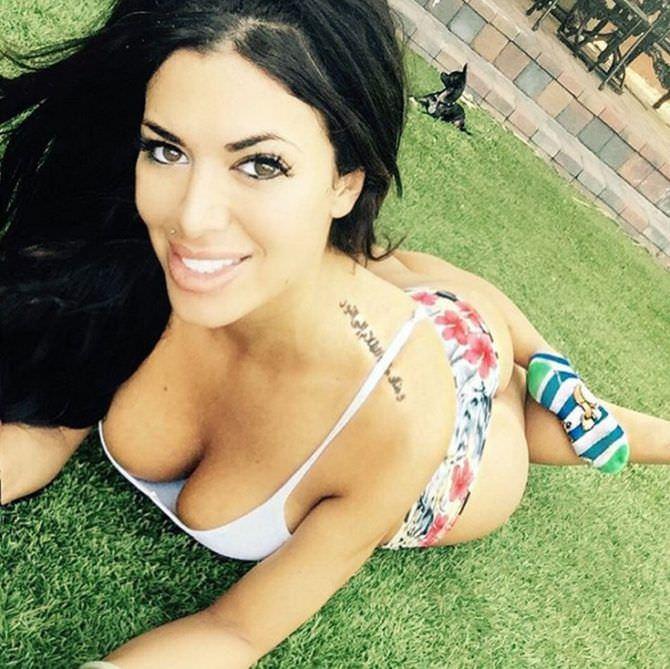 Тучи Кэш фото в купальнике на траве