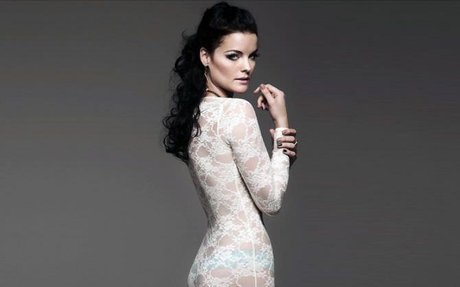 Джейми Александер фото в кружевном платье
