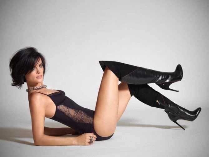 Джейми Александер фотография в чёрных сапогах