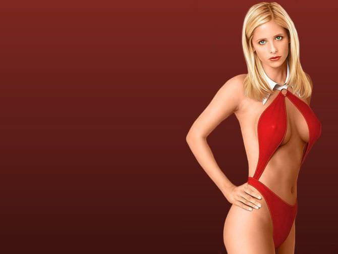Сара Мишель Геллар фотография в красном купальнике