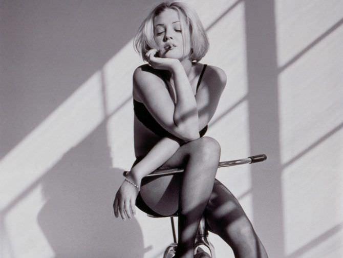 Дрю Бэрримор фотография в журнале на стуле