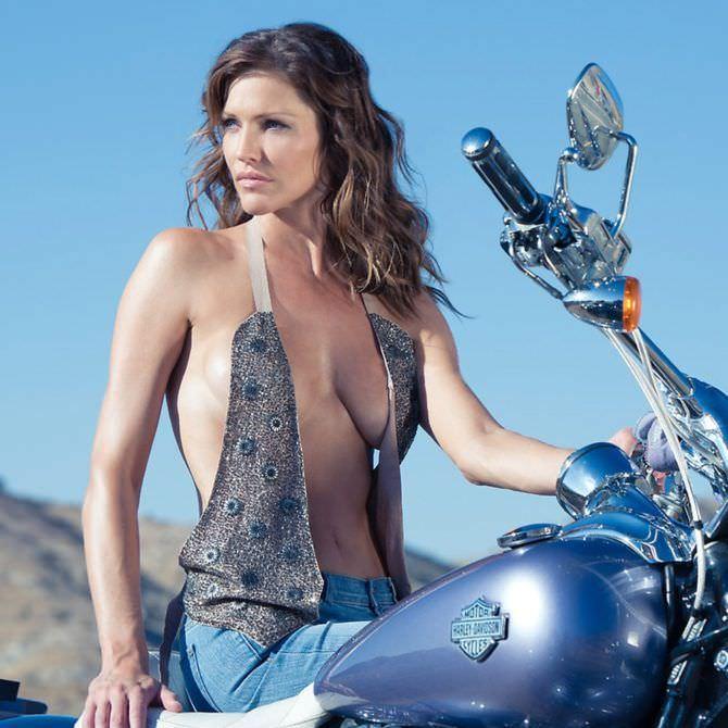 Триша Хелфер фото в джинсах на мотоцикле