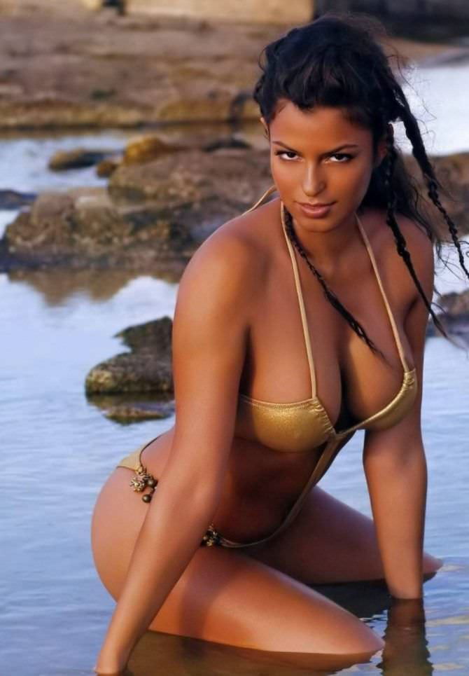Сара Томмази фотография в бикини на пляже