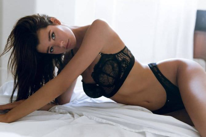 Сара Макдэниэл фотография в белье на постели