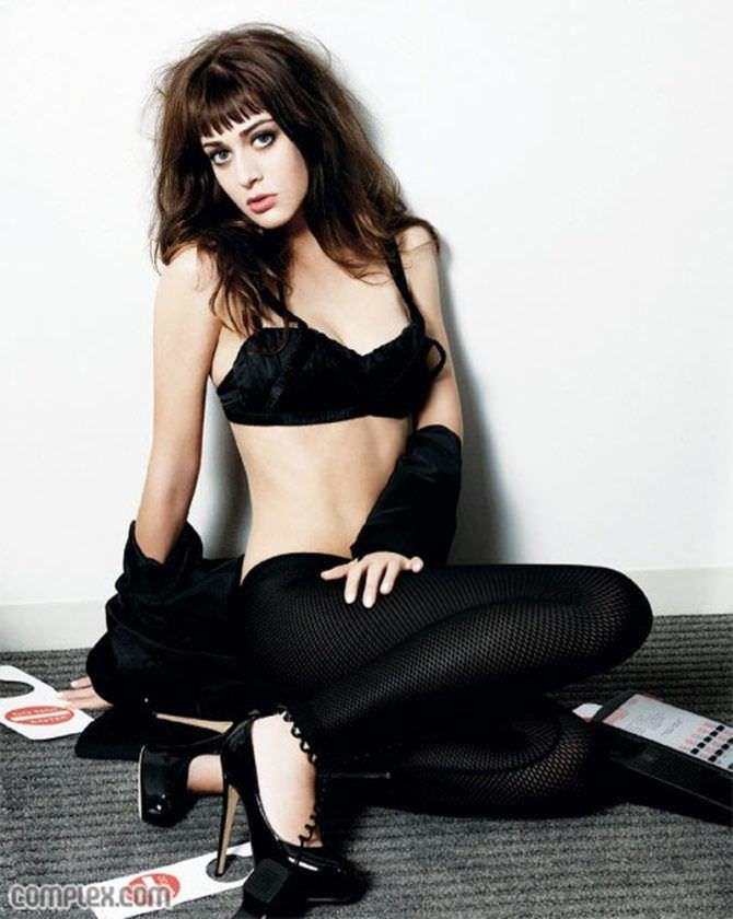 Лиззи Каплан фото в чёрном бюстгальтере