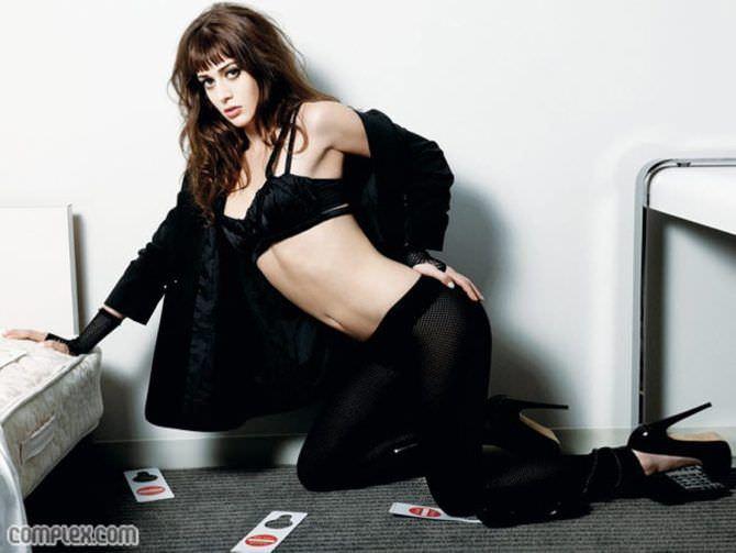 Лиззи Каплан фотосессия в чёрных брюках