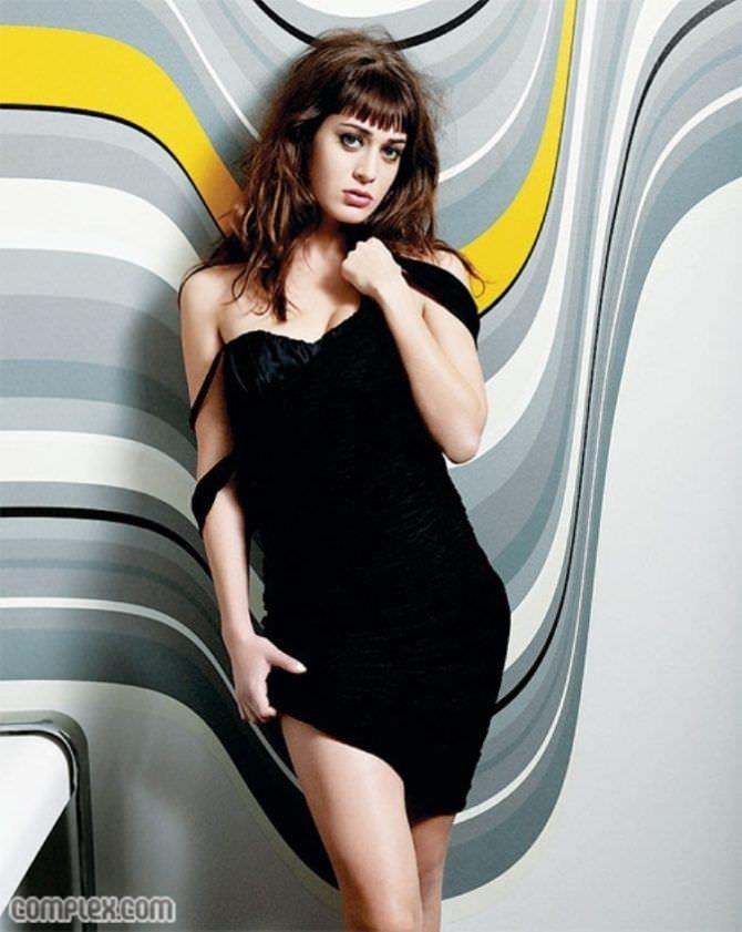 Лиззи Каплан фотография в чёрном платье