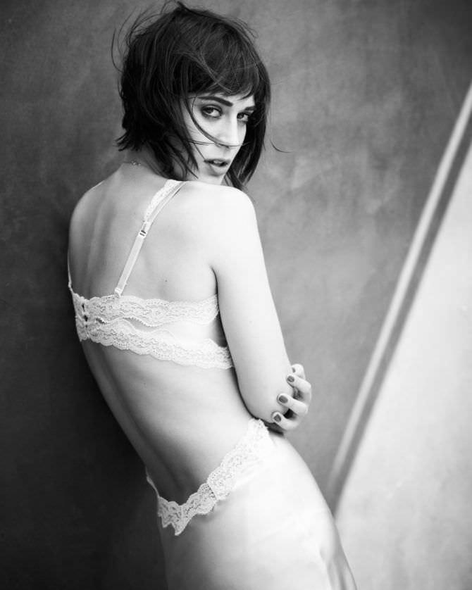Лиззи Каплан фотография в белом нижнем белье