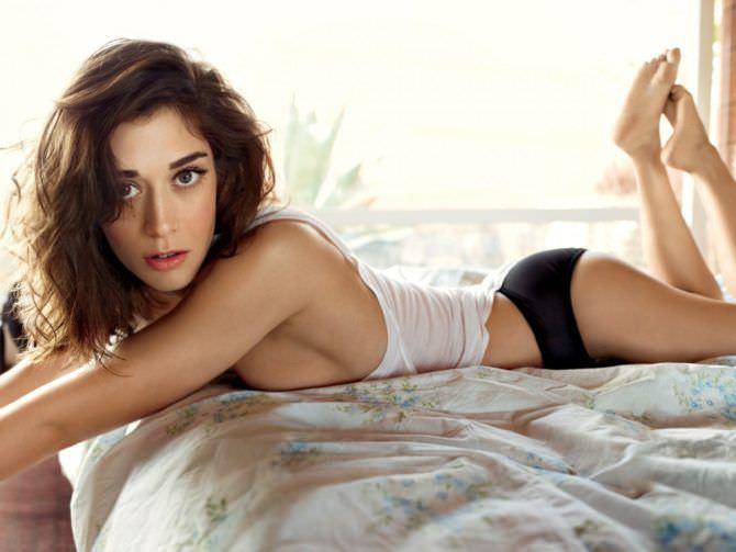 Лиззи Каплан фотография в белье на кровати