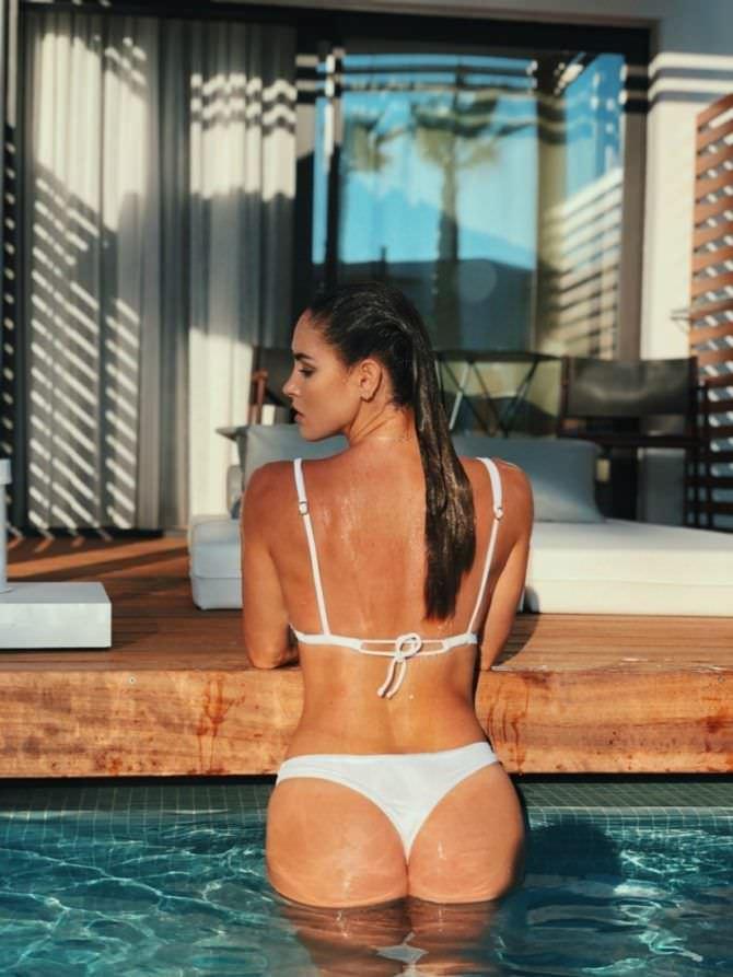 Люсия Яворчекова фото в бикини со спины