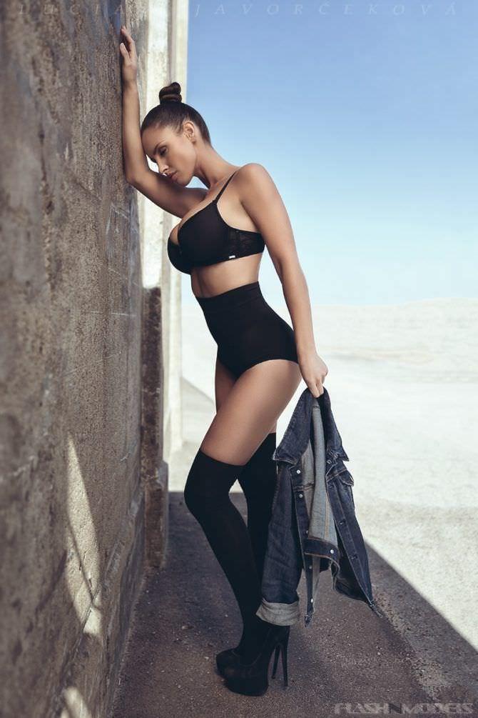Люсия Яворчекова фото в чёрном белье у стены