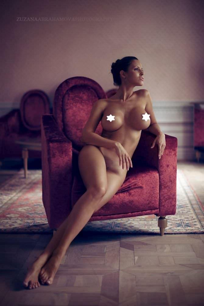 Люсия Яворчекова фото на красном кресле