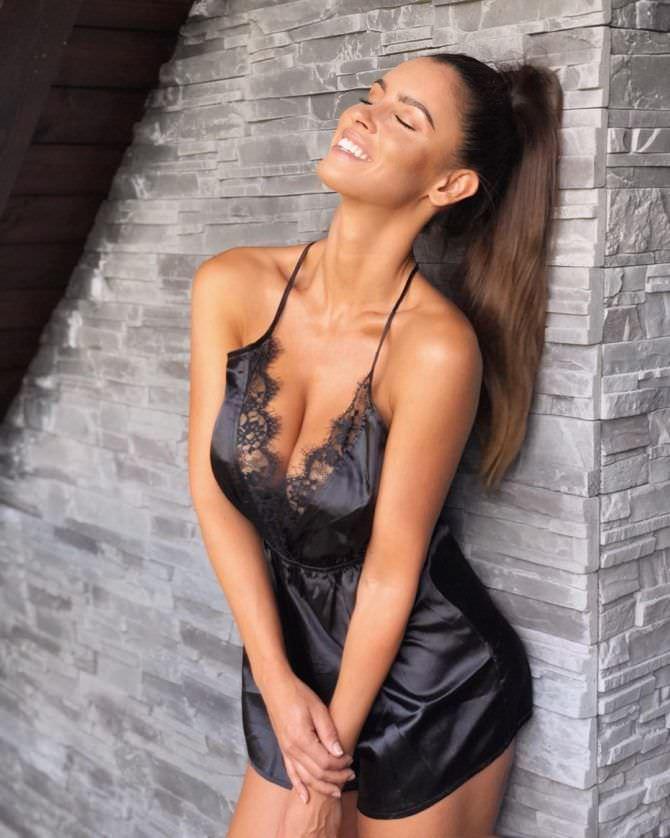 Люсия Яворчекова фото в чёрной сорочке