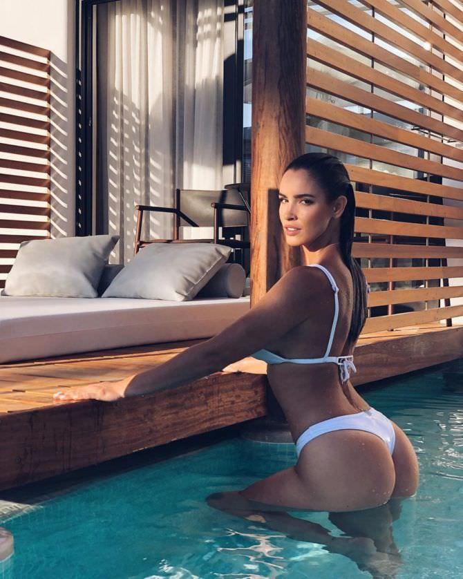 Люсия Яворчекова фото в бассейне в бикини