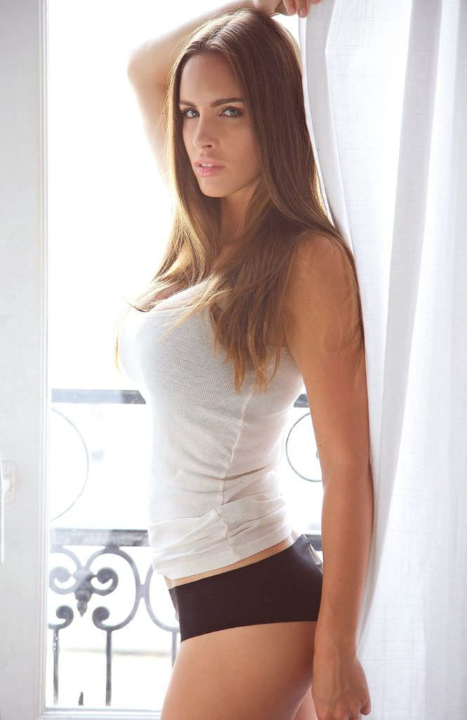 Люсия Яворчекова фотография у окна в майке