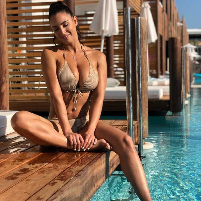 Люсия Яворчекова фото в бежевом купальнике