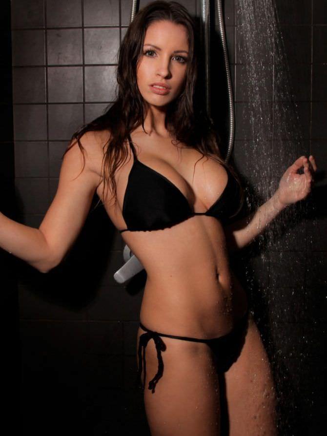 Люсия Яворчекова фото в чёрном бикини