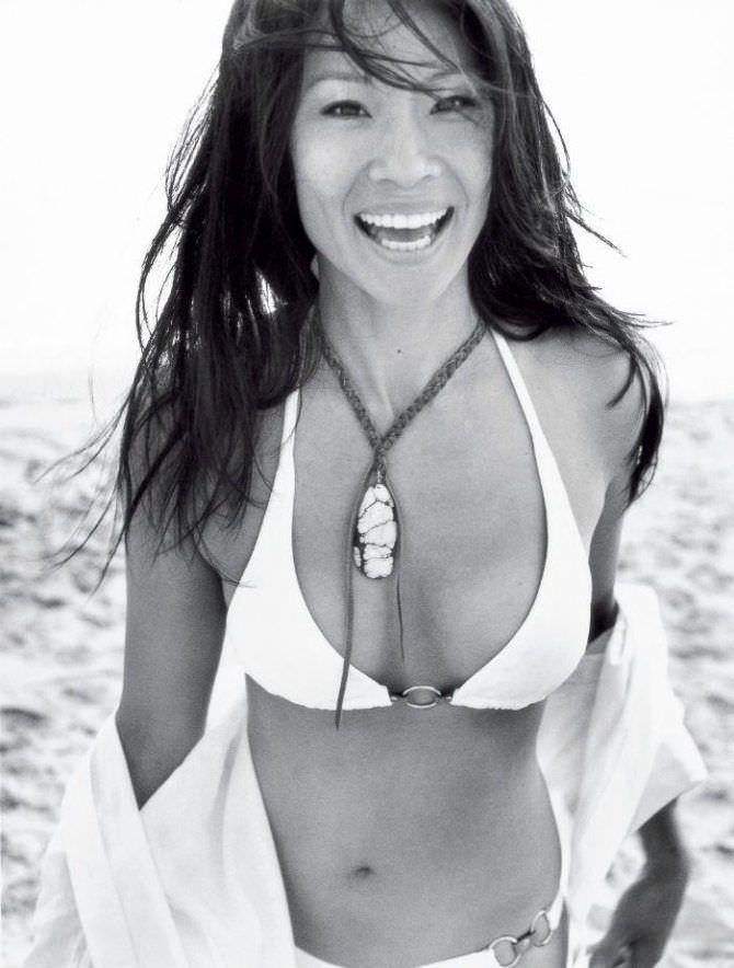Люси Лью чёрно-белое фото в бикини