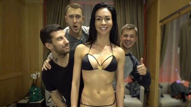 Анастасия Тукмачева кадр из видео в купальнике