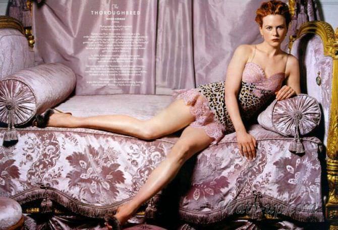 Николь Кидман фото на розовом диване