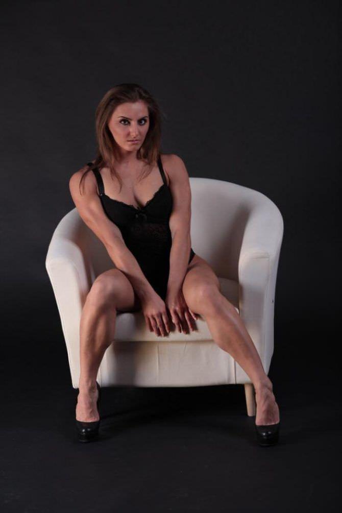 Александра Албу фото в нижнем белье на кресле