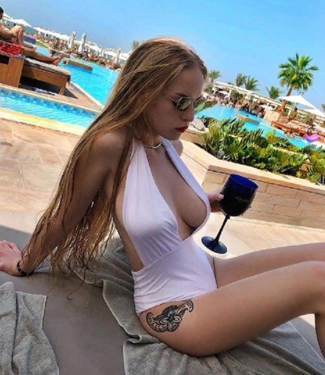 Оксана Невеселая фото в купальнике с бокалом