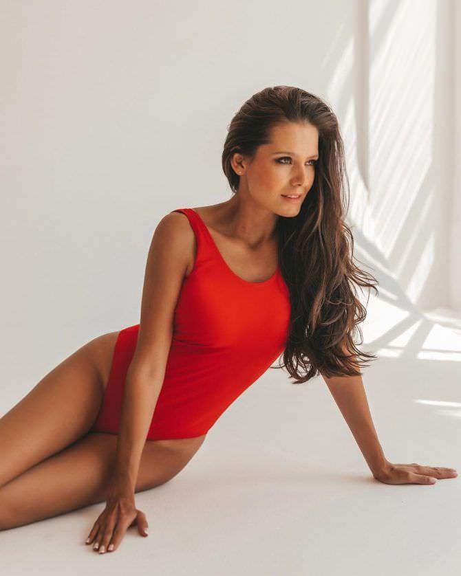 Оксана Невеселая фото в красном платье