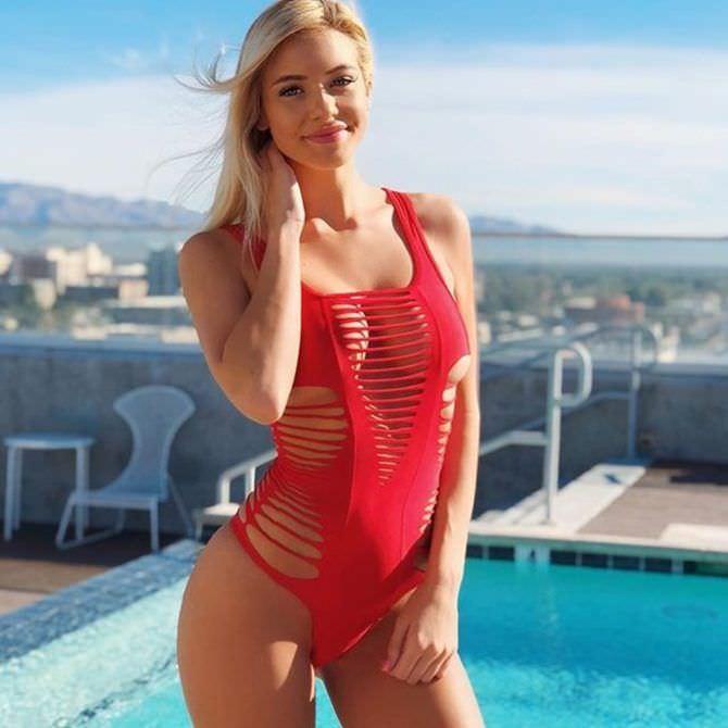 Ханна Палмер фото в откровенном красном купальнике