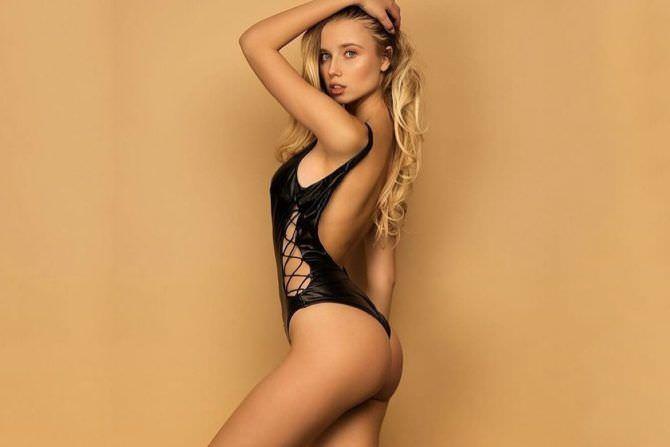 Полина Малиновская фото в купальнике со шнуровкой