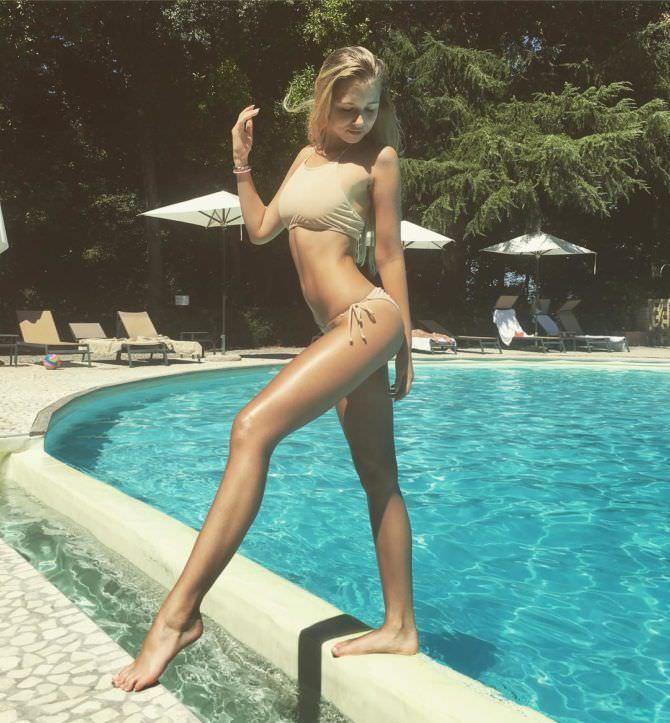 Полина Малиновская фотография в купальнике на краю бассейна