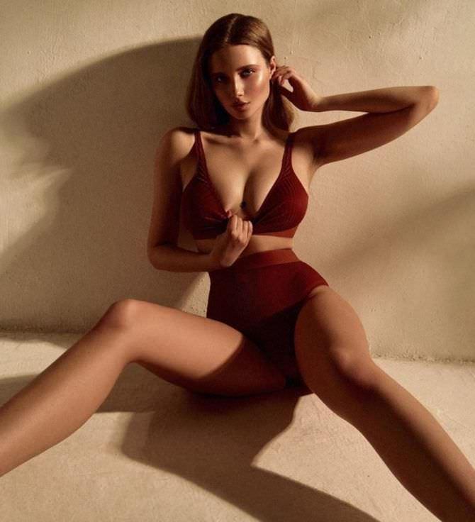Полина Малиновская фотосессия в бордовом купальнике